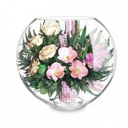 Розовато-белые и фиолетовые орхидеи с айвори розами в средней плоской круглой вазе
