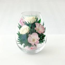 Розовато-белые и фиолетовые орхидеи с айвори розами в малой каплевидной вазе
