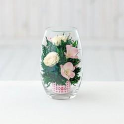 Розовато-белые и фиолетовые орхидеи с айвори розами в малой овальной вазе