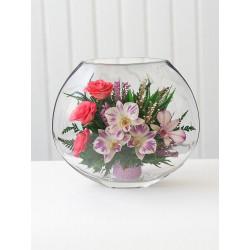 Орхидеи с розовыми розами в вазе